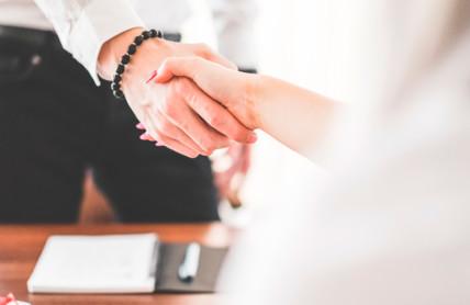2 personnes se serrant la main