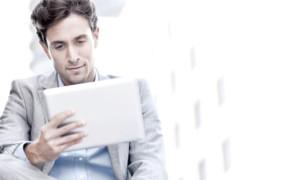 jeune homme regardant une tablette